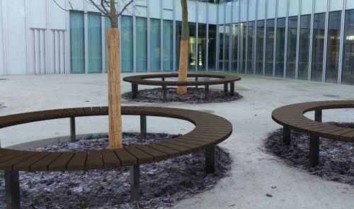 Banquette contour tour d'arbre en plastique recyclé et pieds acier - banquette quart de cercle CONTOUR ESPACE URBAIN